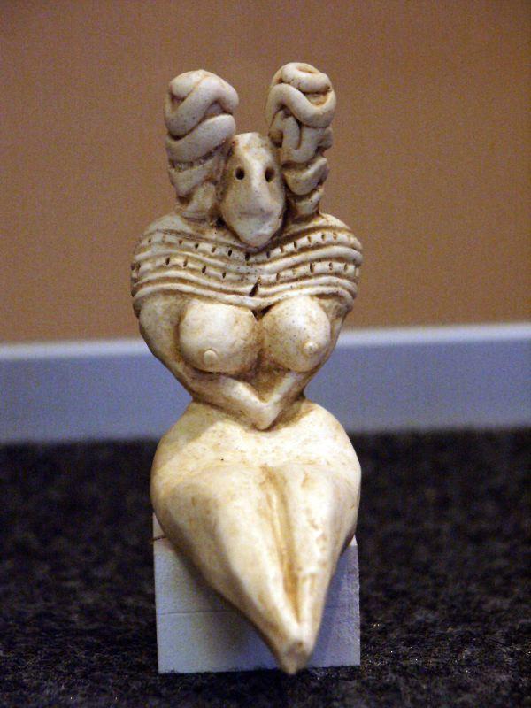 Figura femenina hallada en Mehrgarh.