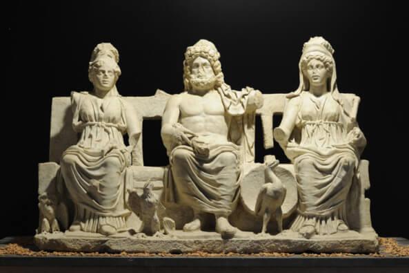 Tríada Capitolina clásica: Júpiter, Juno y Minerva.