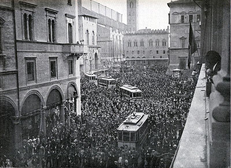 Manifestación a favor de la entrada de Italia en la guerra en Bolonia en 1914