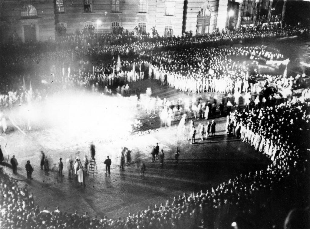 Manifestantes quemando libros en Mayo de 1933 en la Plaza de la Ópera (Berlín)
