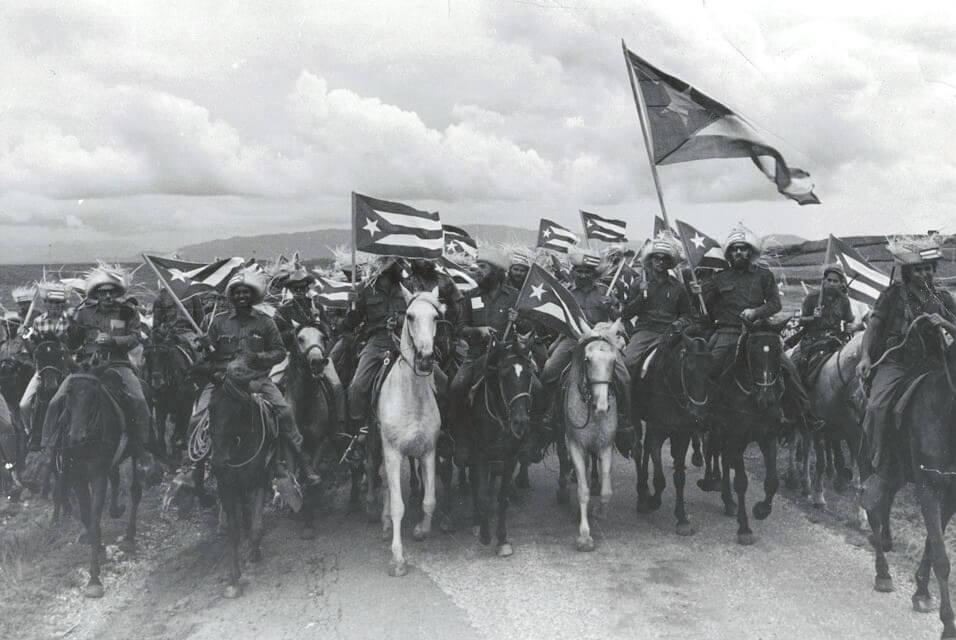 Grupo de revolucionarios a caballo en 1959, tras el triunfo de la revolución.