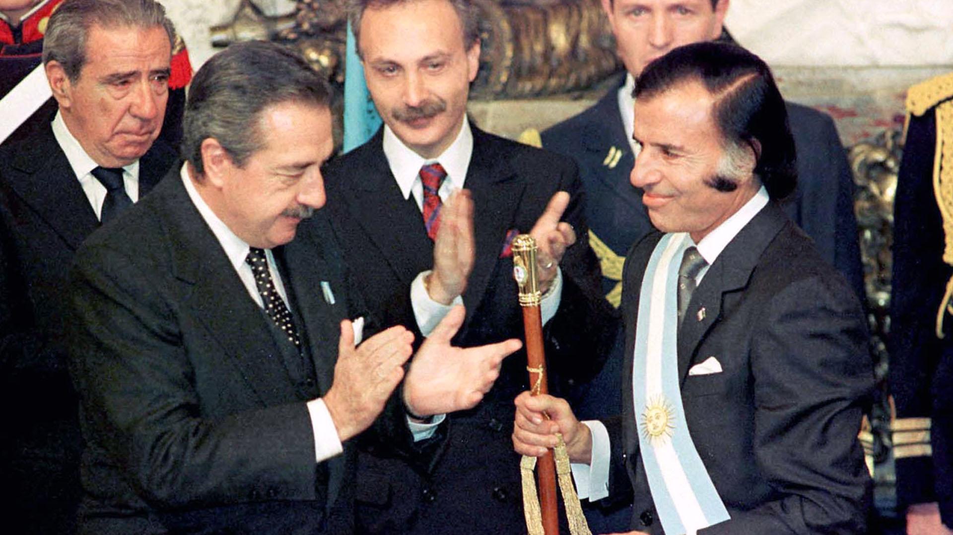Carlos Saúl Menem asume como presidente en 1989.
