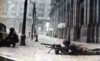 Soldado disparando desde el Palacio de la Moneda