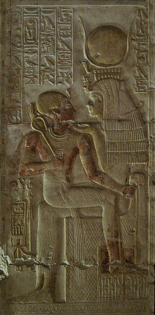 Isis sosteniendo al faraón Seti I en su regazo, siglo XIII a. C.
